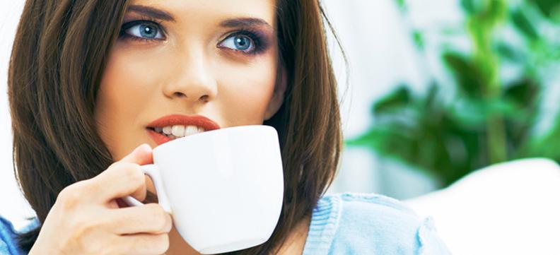 Il caffè danneggia i denti?